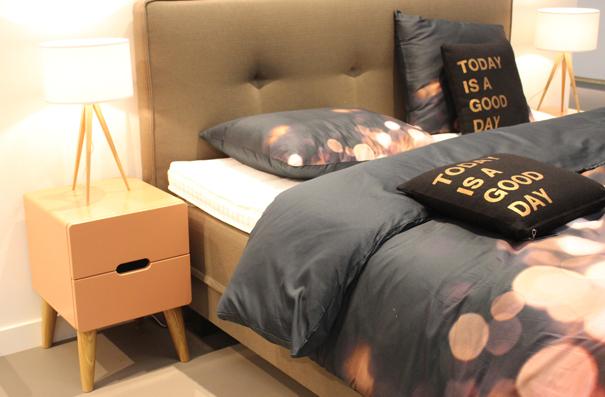 Slaapkamer Lampen Nachtkastje : heerlijk bed met daarnaast prachtige ...
